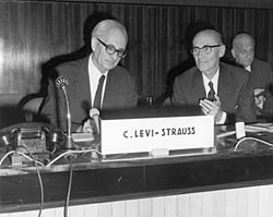 Photo de Claude Lévi-Strauss à L'UNESCO le 22 mars 1971